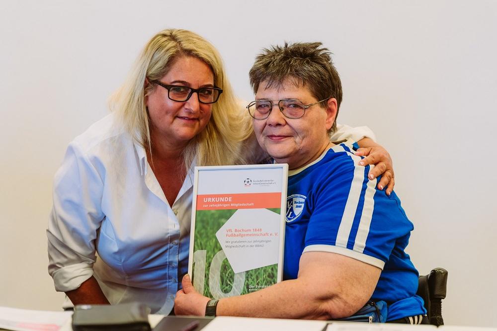 Urkundenübergabe von Alexandra Lüddecke an Steffi Tatge / VfL Bochum für 10 Jahre Mitgliedschaft