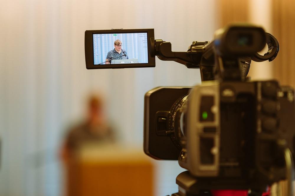 Videokamera beim Vortrag der Rechnungsprüferin